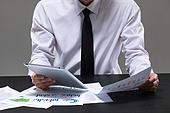 비즈니스, 비즈니스맨, 성인남자, 20-29세 (청년), 30-39세 (장년), 스튜디오촬영 (실내), 테이블, 정장, 넥타이 (넥웨어), 셔츠 (상의), 한국인, 동양인 (인종), 노트북컴퓨터 (개인용컴퓨터), 전기용품 (레크리에이션장비), 화이트칼라 (전문직), 그래프, 서류, 디지털태블릿 (개인용컴퓨터)