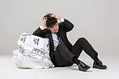 남성, 청년실업, 취업준비생, 실패 (컨셉), 걱정 (어두운표정), 우울, 절망, 머리감싸기