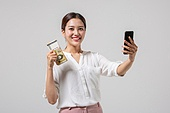 여성, 비즈니스, 비즈니스우먼, 은행업무 (금융), 지폐, 오만원 (한국지폐), 미소, 인터넷뱅킹 (전자상거래), 온라인쇼핑