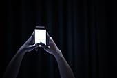 남성, 방, 침실, 스마트폰, 인터넷서핑 (격언), 사람손 (주요신체부분), 눕기 (몸의 자세)