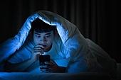 남성, 방, 침실, 스마트폰, 인터넷서핑 (격언), 손톱깨물기, 불안 (컨셉)