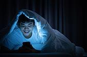 남성, 방, 침실, 스마트폰, 인터넷서핑 (격언), 미소, 만족