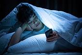 남성, 방, 침실, 스마트폰, 인터넷서핑 (격언)