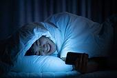 남성, 방, 침실, 스마트폰, 인터넷서핑 (격언), 미소