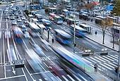 서울 (대한민국), 한국 (동아시아), 도시, 도시풍경 (도시), 버스, 버스정류장 (인공구조물), 교통, 대중교통 (운수), 버스 (육상교통수단), 출퇴근 (여행하기), 교통체증 (교통), 도로, 자동차, 자동차 (자동차류), 출퇴근