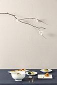 한식, 백그라운드, 음식, 테이블, 그릇, 벽지, 설 (명절), 명절 (한국문화), 정찬 (Food And Drink), 한정식, 한국 (동아시아), 한국문화 (세계문화), 전통문화 (주제), 전통음식, 명절음식, 떡국 (명절음식), 나물, 반찬, 시금치나물, 도라지 (채소), 고사리, 잡채, 숟가락, 젓가락, 꽃, 가지 (식물부분)