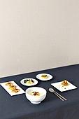 한식, 백그라운드, 음식, 테이블, 그릇, 벽지, 설 (명절), 명절 (한국문화), 정찬 (Food And Drink), 한정식, 한국 (동아시아), 한국문화 (세계문화), 전통문화 (주제), 전통음식, 명절음식, 떡국 (명절음식), 나물, 반찬, 시금치나물, 도라지 (채소), 고사리, 잡채, 숟가락, 젓가락