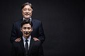 남성, 비즈니스맨, 대결 (컨셉), 세대차이 (나이차이), 미소