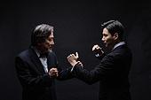 남성, 비즈니스맨, 대결 (컨셉), 세대차이 (나이차이), 주먹, 싸움 (물리적활동)