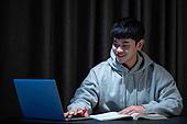 남성, 청년 (성인), 방, 공부, 취업준비생, 인터넷강의 (교육), 미소