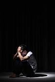 청년 (성인), 남성, 패배 (실패), 우울 (슬픔), 어두움, 강렬한빛 (발광), 절망 (슬픔)
