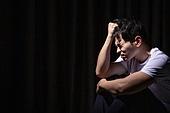 청년 (성인), 남성, 패배 (실패), 우울 (슬픔), 어두움, 강렬한빛 (발광)