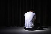 청년 (성인), 남성, 패배 (실패), 우울 (슬픔), 어두움, 강렬한빛 (발광), 스트레스 (컨셉)