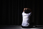 청년 (성인), 남성, 패배 (실패), 우울 (슬픔), 어두움, 강렬한빛 (발광), 스트레스 (컨셉), 머리감싸기, 고개숙임 (위치묘사)
