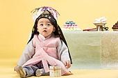 아기 (인간의나이), 남자아기 (남성), 돌잔치, 돌잡이 (한국전통), 생일, 생일 (사건), 전통문화 (주제), 한국인, 어린시절, 테이블, 기념일, 신생아, 자식 (가족), 한복