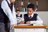 혼혈 (인종), 십대소년 (남성), 중학생, 교복, 다문화가족 (가족), 걱정, 외로움, 교실, 괴롭힘, 시비