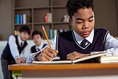 혼혈 (인종), 십대소년 (남성), 중학생, 교복, 다문화가족 (가족), 걱정, 외로움, 교실, 비웃음