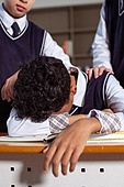 혼혈 (인종), 십대소년 (남성), 중학생, 교복, 다문화가족 (가족), 걱정, 외로움, 교실, 괴롭힘