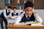 혼혈 (인종), 십대소년 (남성), 중학생, 교복, 다문화가족 (가족), 걱정, 외로움, 교실, 가십 (컨셉), 손가락으로귀막기 (만지기), 스트레스, 비웃음