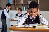 혼혈 (인종), 십대소년 (남성), 중학생, 교복, 다문화가족 (가족), 걱정, 외로움, 교실, 가십 (컨셉), 손가락으로귀막기 (만지기), 스트레스, 비웃음, 눈감음 (정지활동)