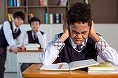 혼혈 (인종), 십대소년 (남성), 중학생, 교복, 다문화가족 (가족), 걱정, 외로움, 교실, 가십 (컨셉), 손가락으로귀막기 (만지기), 스트레스