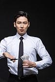 남성, 담배제품 (인조물건), 금연 (흡연문제), 무더기 (배열), 가위, 자르기 (움직이는활동)