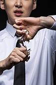 남성, 담배제품 (인조물건), 금연 (흡연문제), 무더기 (배열), 자르기 (움직이는활동)