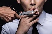 남성, 담배제품 (인조물건), 금연 (흡연문제), 흡연 (주제), 가위, 자르기 (움직이는활동)