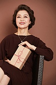 여성, 멋 (컨셉), 어번그래니 (실버라이프), 선물상자 (상자), 미소