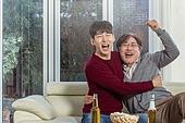 남성, 아빠 (부모), 아들, 거실, TV시청, 포옹, 미소, 밝은표정, 함께함 (컨셉)