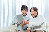 남성, 아빠 (부모), 아들, 거실, 스마트기기 (정보장비), 가르치는 (움직이는활동), 미소