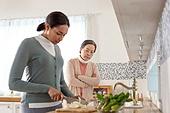 다문화가족 (가족), 며느리, 가정주방 (주방), 요리하기 (음식준비), 불만, 감시, 갈등