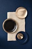 그릇 (주방용품), 백그라운드, 탑앵글, 레이아웃, 원형 (이차원모양), 주방용품, 식기수저세트 (데코르), 사람없음, 놋그릇 (한국전통), 테이블, 식탁보, 식탁용매트