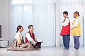 다문화가족 (가족), 부모 (가족구성원), 아들, 명절 (한국문화), 한복, 세배, 큰절 (한국전통)