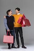 남성, 쇼핑 (상업활동), 멋 (컨셉), 쇼핑백, 미소, 밝은표정, 마주보기 (위치묘사), 유쾌 (컨셉)