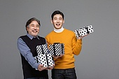 남성, 쇼핑 (상업활동), 멋 (컨셉), 선물 (인조물건), 선물상자, 미소, 밝은표정