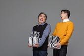 남성, 쇼핑 (상업활동), 멋 (컨셉), 선물 (인조물건), 선물상자, 미소, 밝은표정, 유쾌 (컨셉)