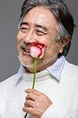 남성, 중년남자 (성인남자), 액티브시니어, 장미, 꽃한송이 (꽃), 미소