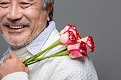 남성, 중년남자 (성인남자), 액티브시니어, 장미, 미소, 꽃다발