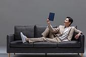 남성, 성인 (인간의나이), 청년 (성인), 멋 (컨셉), 소파, 책, 읽기 (응시), 미소