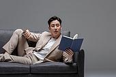 남성, 성인 (인간의나이), 청년 (성인), 멋 (컨셉), 소파, 책, 읽기 (응시)