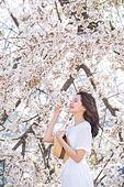 여성, 봄, 벚꽃, 벚나무 (과수), 모자, 만족, 감성, 눈감음 (정지활동), 향기 (냄새), 바람
