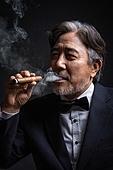남성, 갖춰입은옷 (옷), 노인남자 (성인남자), 중년 (성인), 시가, 담배제품 (인조물건)