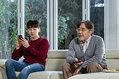 아빠 (부모), 아들, 커뮤니케이션문제 (커뮤니케이션), 세대차이 (나이차이), 곁눈질 (멀리보기)