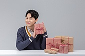 선물 (인조물건), 선물상자 (상자), 상자, 쇼핑 (상업활동), 세일 (사건), 한국인, 동양인 (인종), 상업이벤트