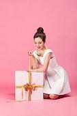 선물 (인조물건), 선물상자 (상자), 상자, 쇼핑 (상업활동), 세일 (사건), 한국인, 동양인 (인종), 상업이벤트, 여성 (성별), 성인 (인간의나이), 성인여자 (여성)