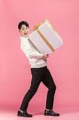 선물 (인조물건), 선물상자 (상자), 상자, 쇼핑 (상업활동), 세일 (사건), 기념일, 한국인, 동양인 (인종), 상업이벤트, 들어올리기 (물리적활동)