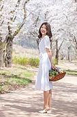 여성, 봄, 벚꽃, 벚나무 (과수), 교외전경 (Setting), 여행, 미소, 쾌활한표정 (밝은표정)