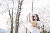 여성, 봄, 벚꽃, 벚나무 (과수), 교외전경 (Setting), 여행, 브이사인 (손짓), 미소