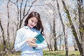 여성, 봄, 벚꽃, 벚나무 (과수), 교외전경 (Setting), 여행, 책, 읽기 (응시), 미소